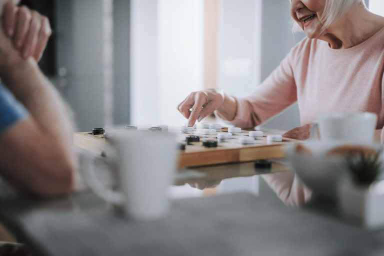 jak zorganizować seniorowi czas wolny w domu