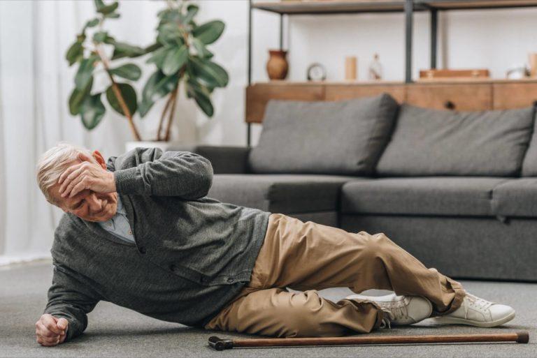 Zespół poupadkowy – jak pomóc seniorowi?