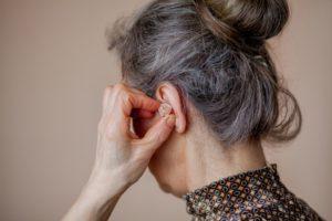 opieka nad osobą niedosłyszącą