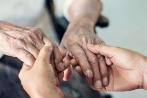 Bezpieczne unoszenie i sadzanie osoby starszej - krok po kroku