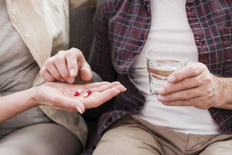 Dieta osoby starszej a przyjmowane leki - jak uniknąć niepożądanych interakcji?