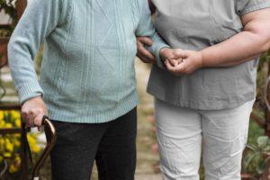Ubieranie seniora – o czym trzeba pamiętać