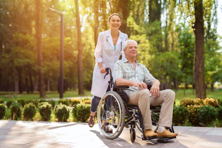 Senior z niepełnosprawnością - jak opiekować się osobą starszą na wózku