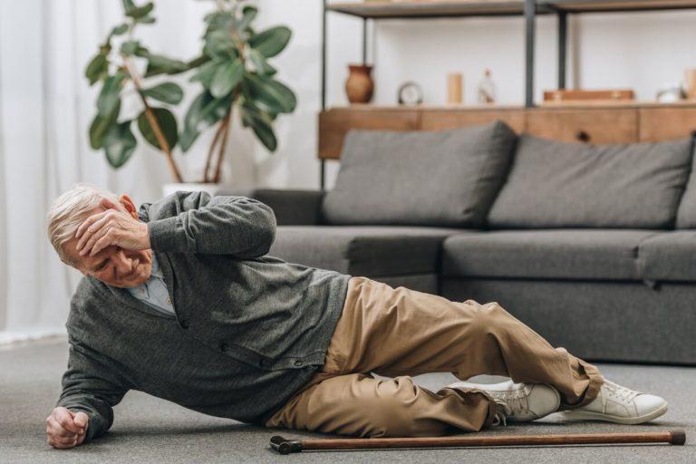 Omdlenia i zasłabnięcia - jak pomóc seniorowi