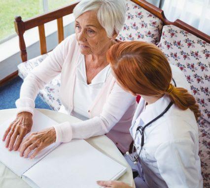 Opieka nad niewidomym lub słabowidzącym seniorem