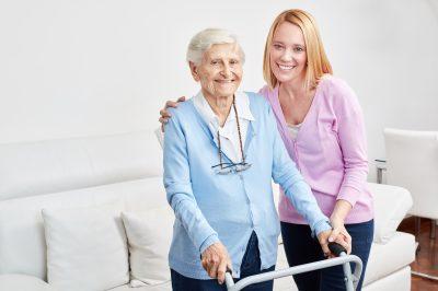 Familie macht häusliche Pflege mit alter Frau als Mutter und Tochter als Hilfe