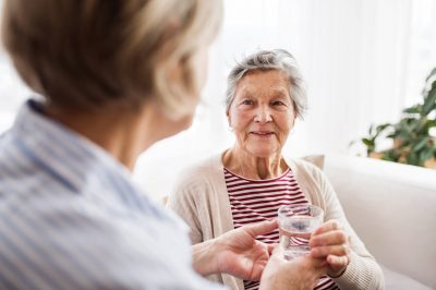 Zdrowie seniora jesienią. Skuteczne sposoby na przeziębienie